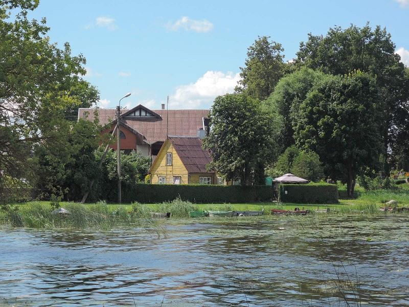 Birzai junto al lago Sirvenos.