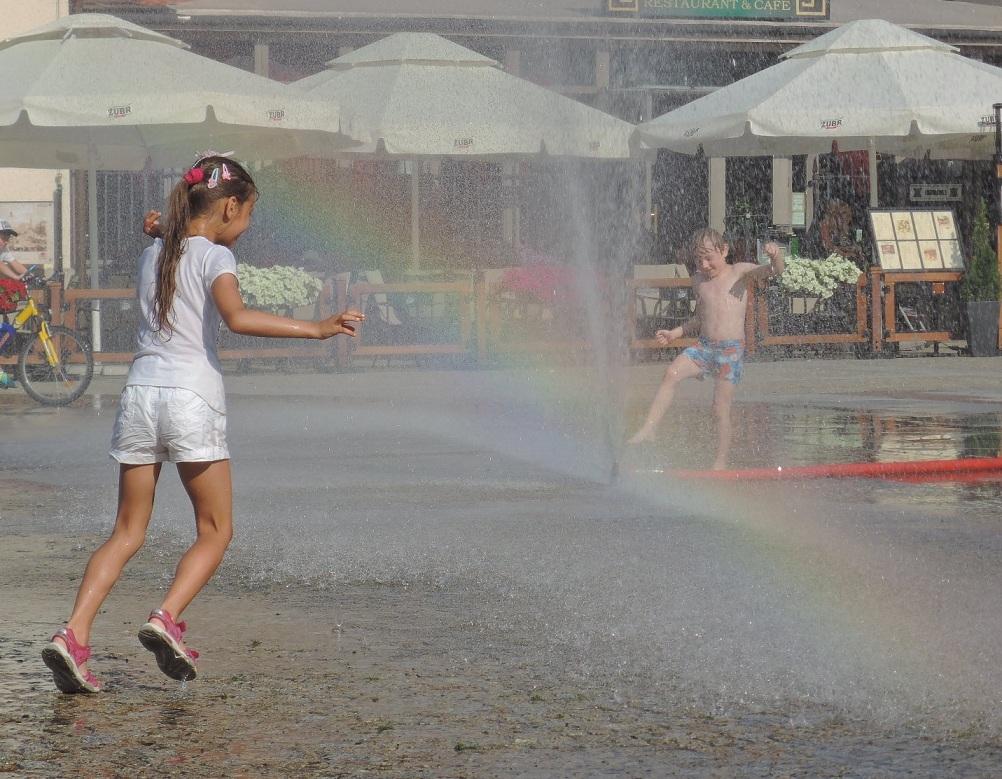 Niños cruzando el arco iris.