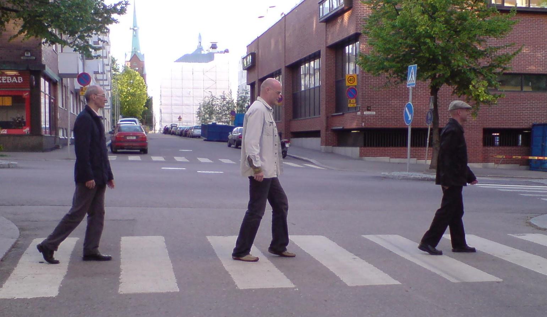 Con dos amigos en Tampere, estilo Abbey Road