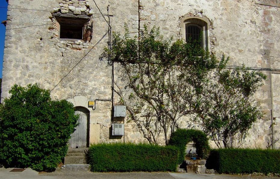 Fuentecilla sobre el muro de una casa en Doroño.