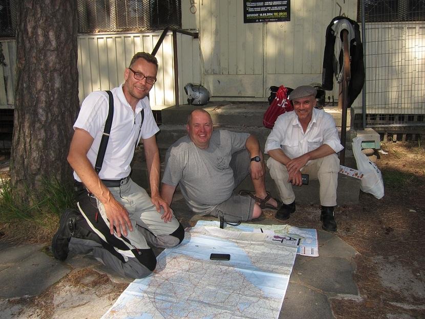 Mirando mapas con Andrej y Johannes.