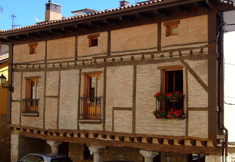 Fachada en la calle principal de Treviño