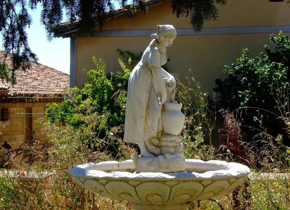 Romántica estatuilla olvidada en un minúsculo jardín. Treviño.