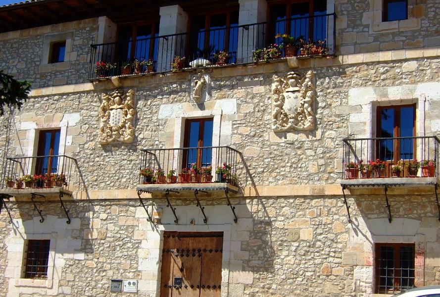 Fachada de un palacio nobiliario en Treviño