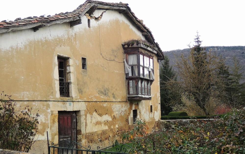 Romántico caserón en decadente ruina
