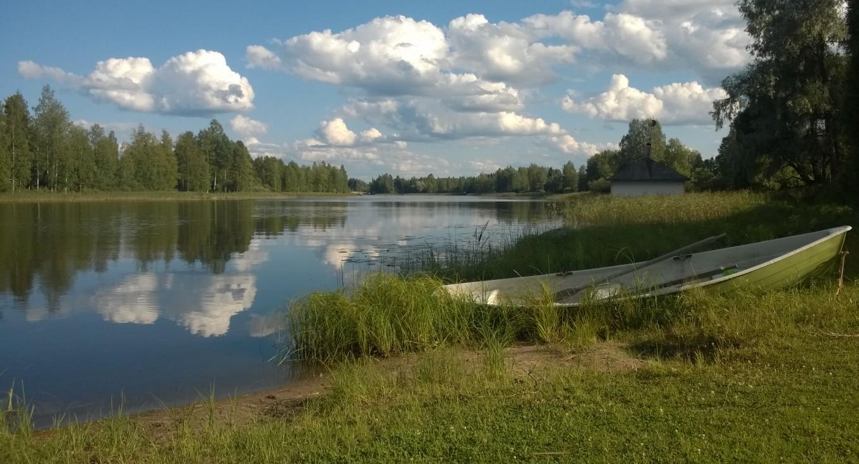 Lago tras el albergue de Korholan-Kartano
