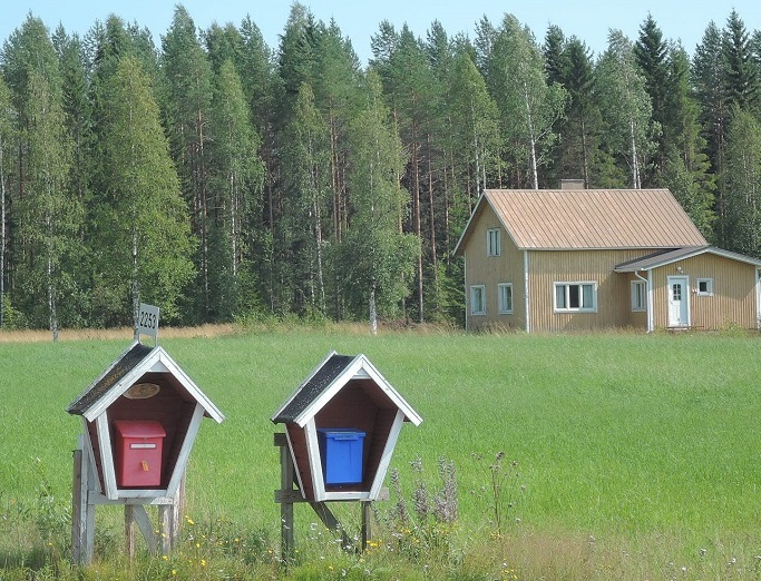 Graciosos buzones de las granjas en la Finlandia rural