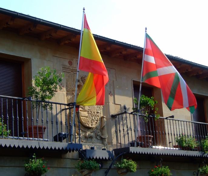 Banderas nacional y nacionalista en el balcón del ayuntamiento, Elciego
