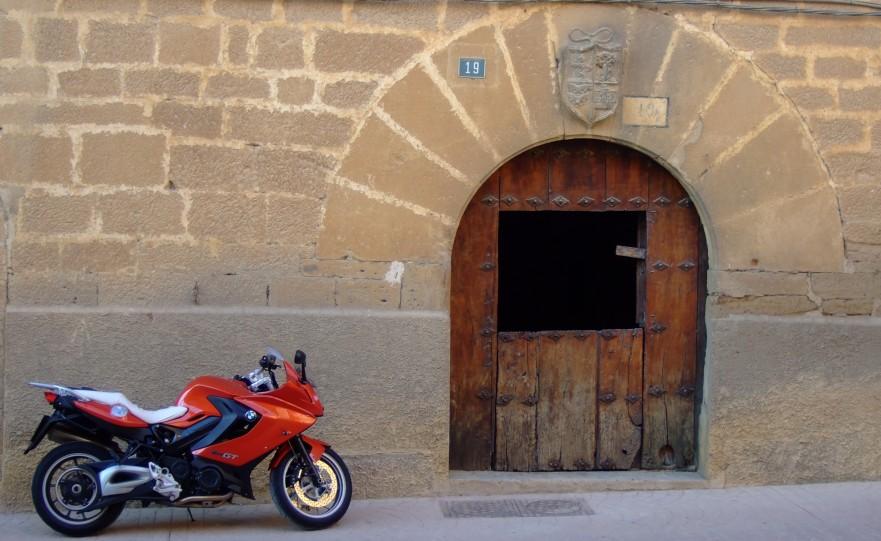 Rosaura junto al portal de un viejo caserón en Navaridas