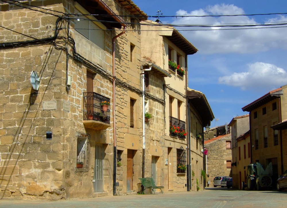 Una soleada calle de Samaniego
