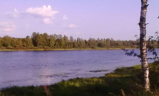 Paseo junto a las frías aguas del Kitinen