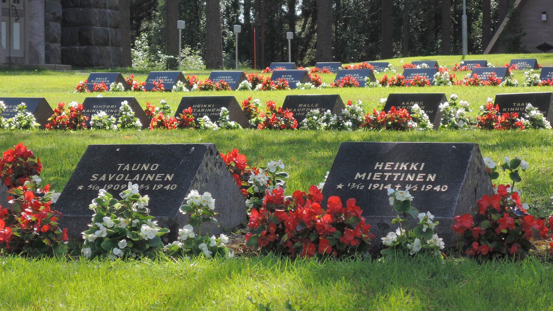 Lápidas en Varpaisjarvi, homenaje a los caídos en la SGM