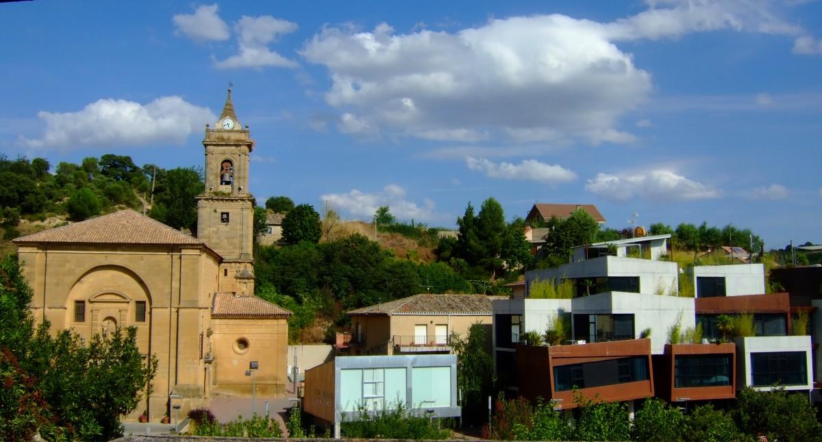 El barrio modernista de dudoso gusto, junto a la iglesia en Villabuena