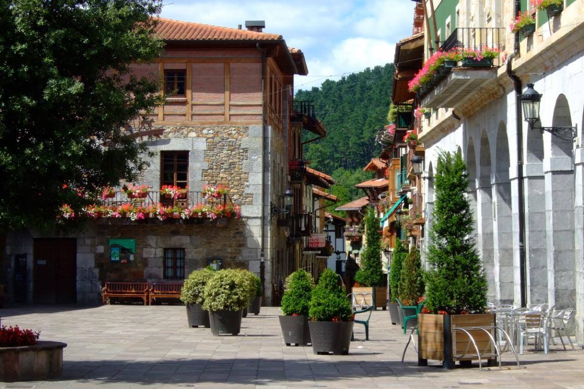 Plaza y arranque de la calle principal de Villaro