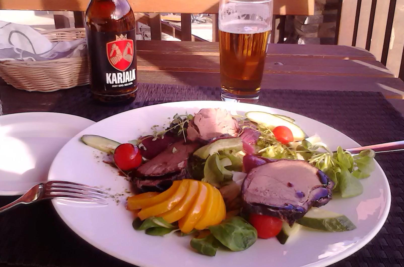 Carne de reno con verduras y mermelada de arándanos