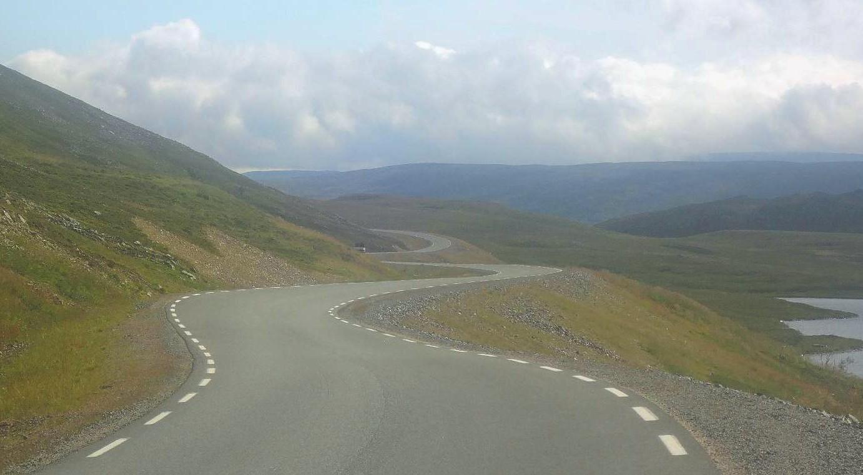 La cinta de la carretera serpenteando entre las lomas de las tierras altas