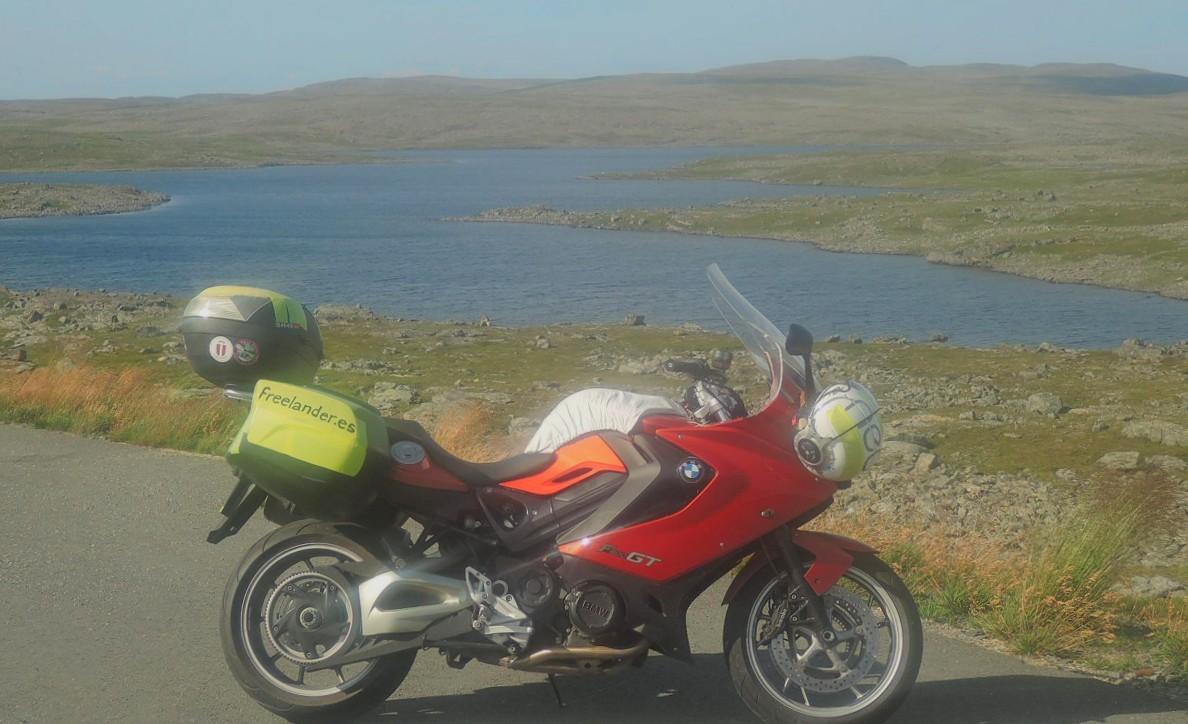 Rosaura junto a los lagos de las tierras altas en Nordkinn