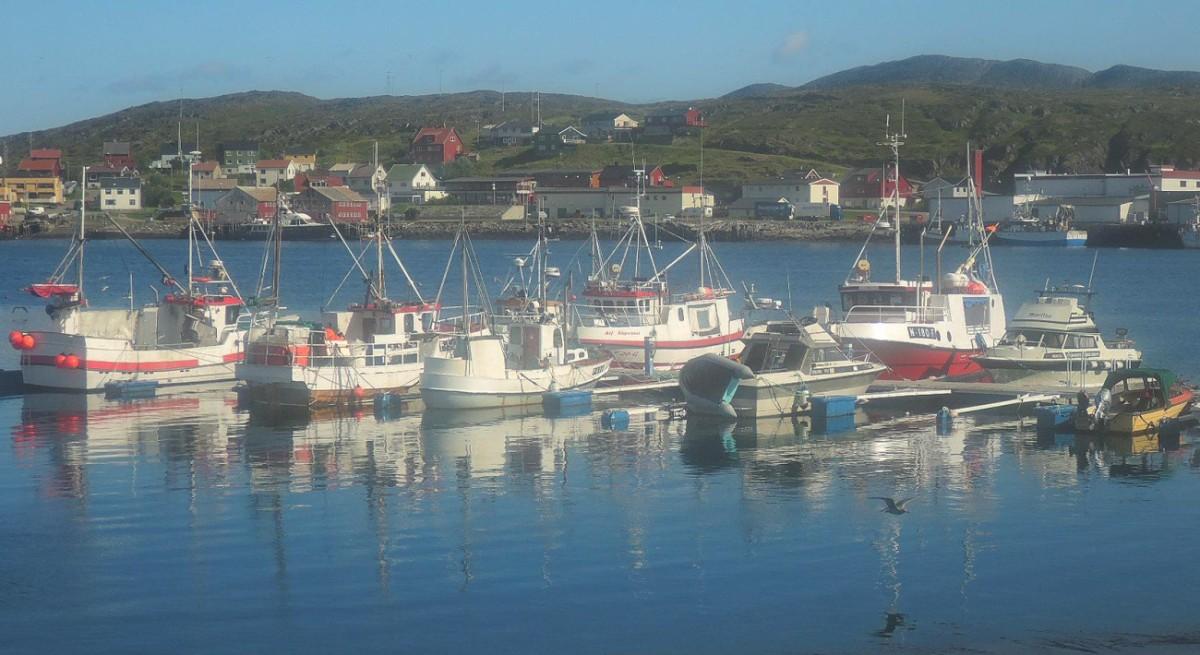 Soñolientos barquitos pesqueros en el puerto de Mehamn