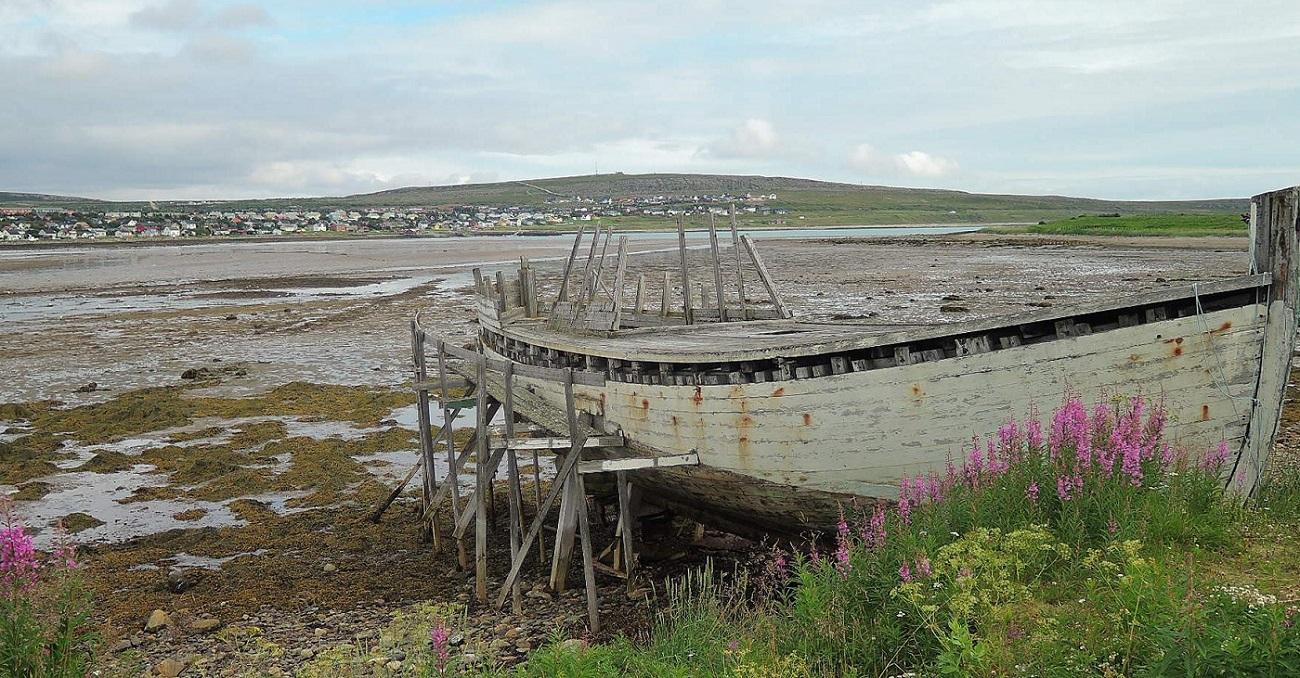 El viejo casco de un barco pesquero varado en la ría junto a mi hotel