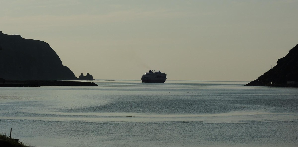 Hurtigruten saliendo de Kjollefjord