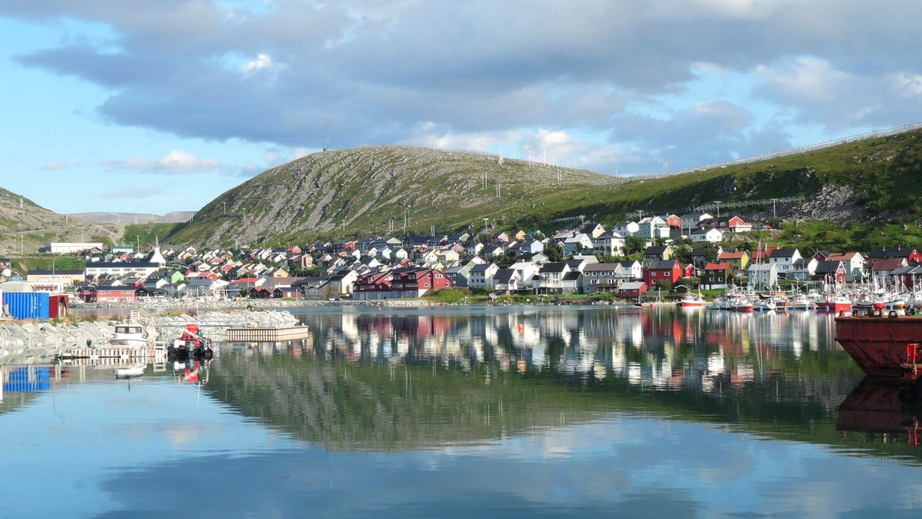 Kjollefjord reflejado en las aguas de Barents