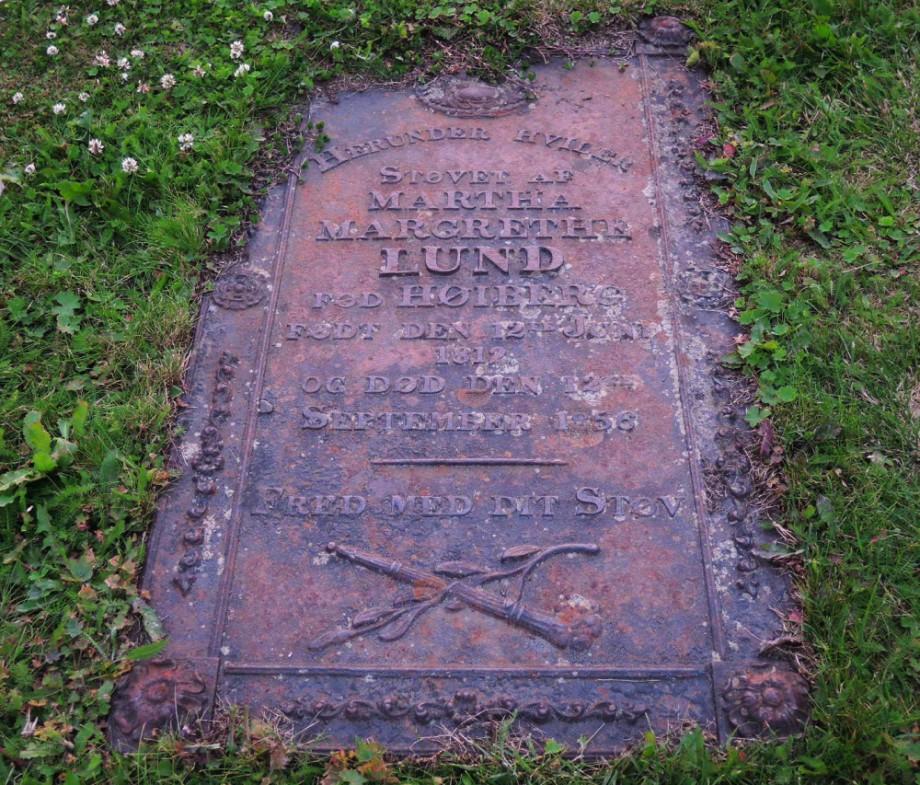 Aquí descansa el polvo de Martha Margrethe Lund FOD Høiberg. Nacido 12 de junio 1812 y murió el 12 de septiembre de 1856. Fred encontró allí el polvo.