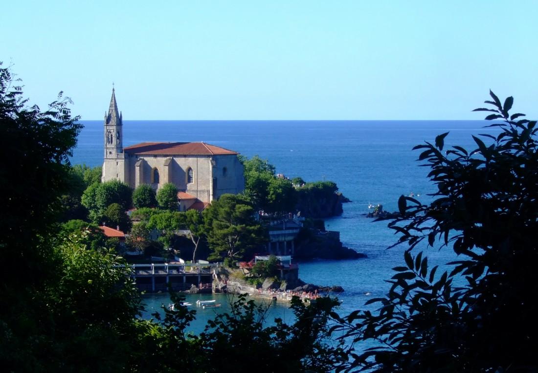 Iglesia de Mundaca vista desde Portuondo