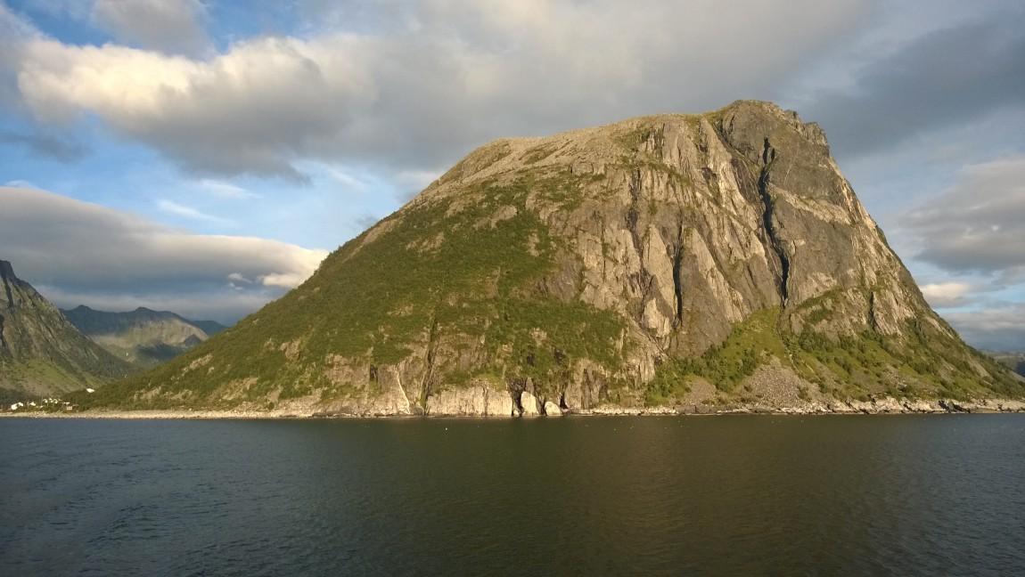 Peñón junto a Gryllefjord