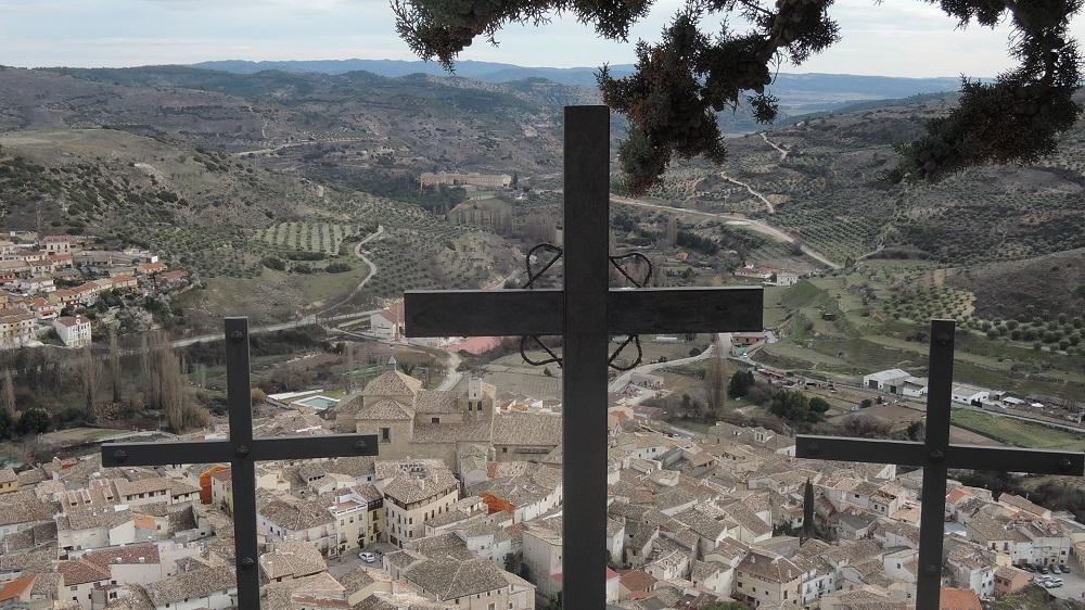 Remate del via crucis sobre la colina, velando por la villa ducal