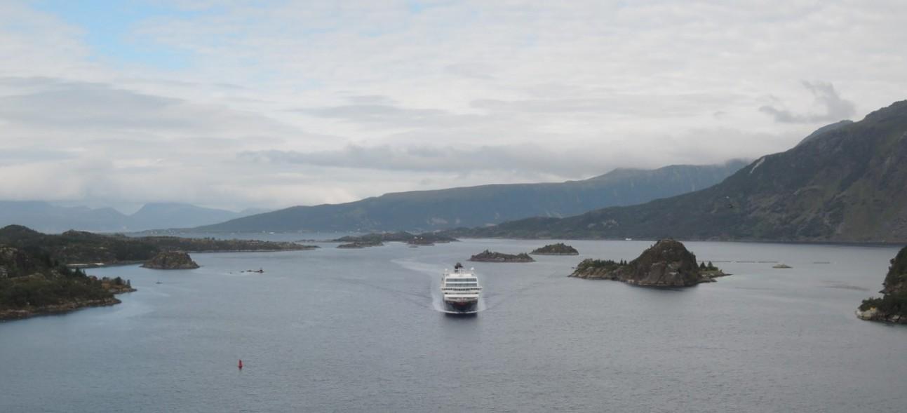 Trollfjord enfilando el canal