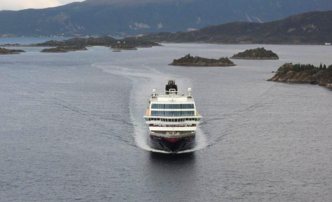 Trollfjord a punto de pasar bajo el puente del canal