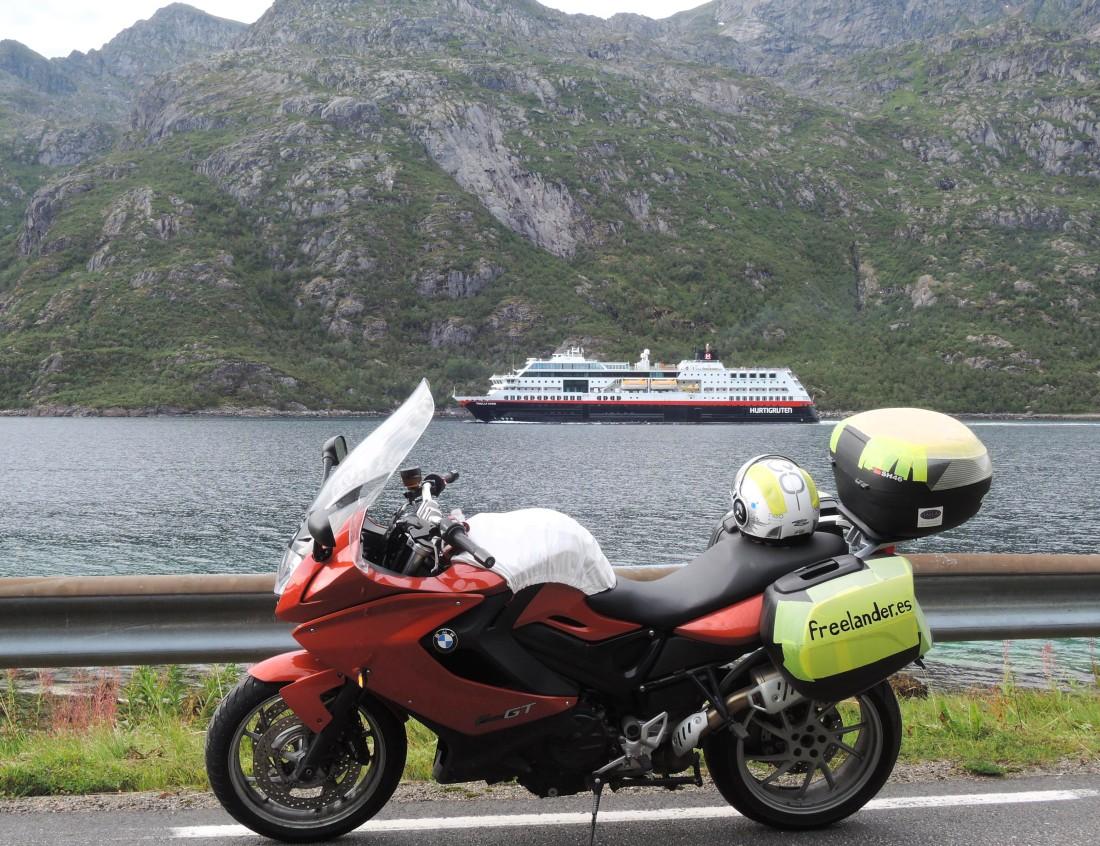 Rosaura, el Trollfjord, el canal y las montañas