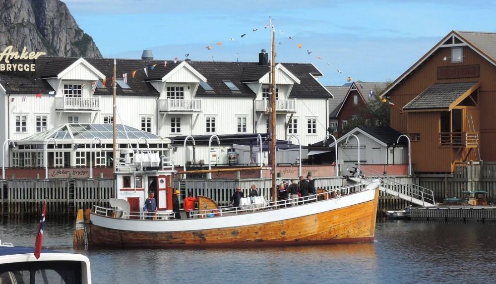 Velero zarpando del puerto de Svolvaer