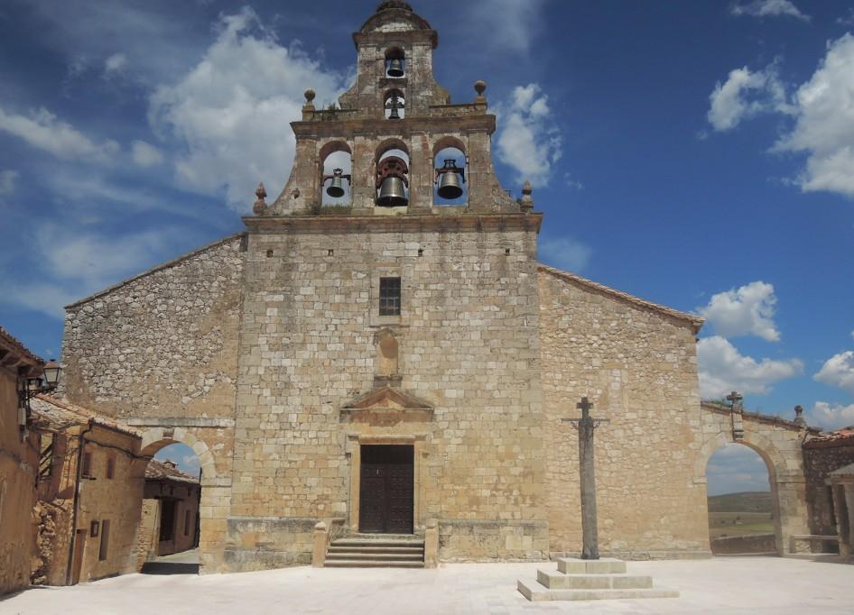 Iglesia de Santa María, cuyos arcos laterales dan acceso a sendas calles de Maderuelo