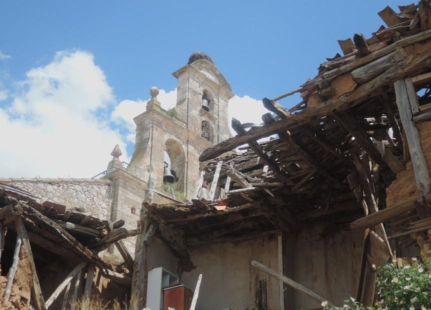 En las traseras de las calles principales, el pueblo va quedando en ruinas