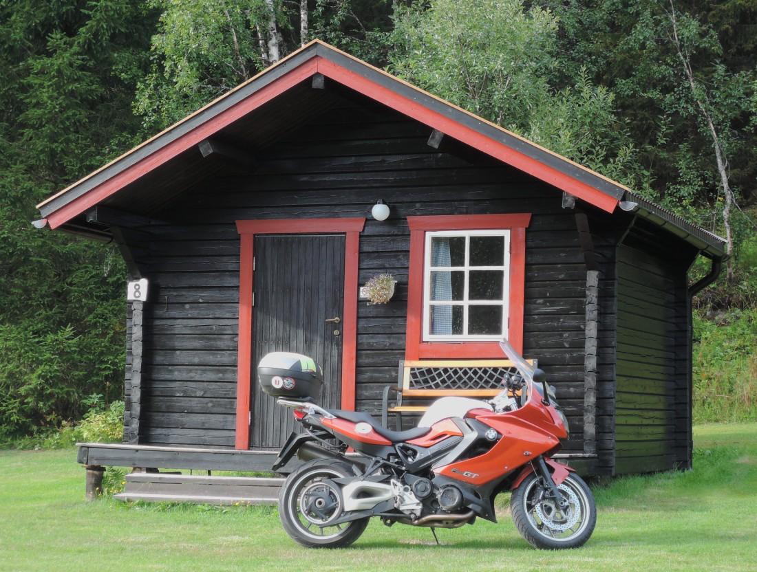 Rosaura junto a mi cabinita en Storforshei