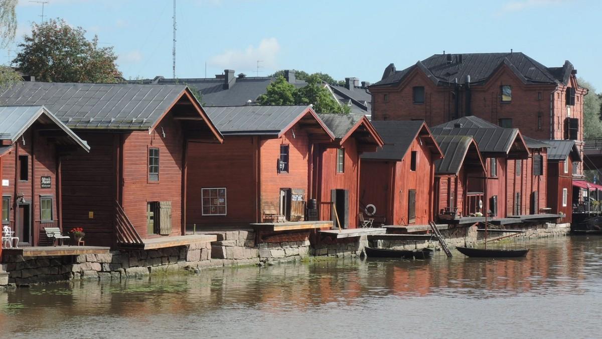 Viejos almacenes de madera junto al río