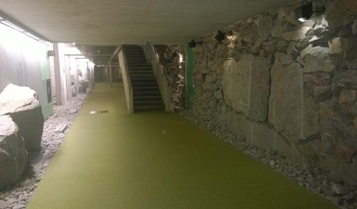 Uno de los pasillos del hotel, que discurre junto a la roca viva