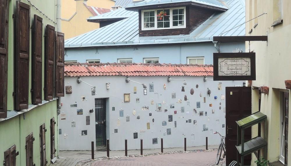 La casa de las placas, un rincón en el casco antiguo de Vilnius