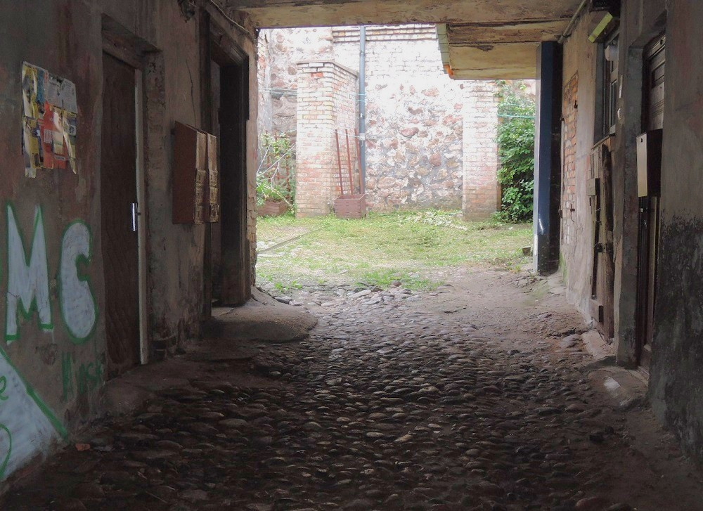 Entrada a un viejo patio interior