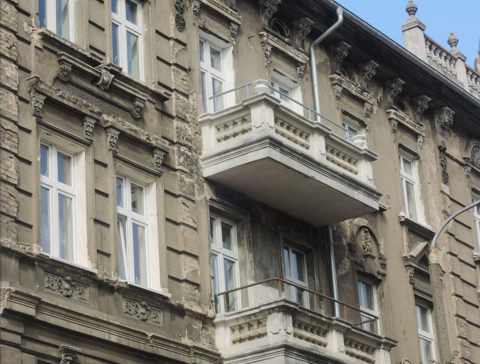 Las deterioradas fachadas aún delatan la vieja gloria