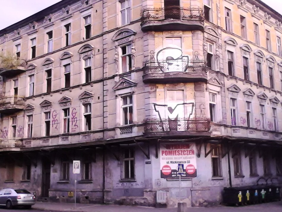 Viejos elegantes edificios, ahora medio en ruinas