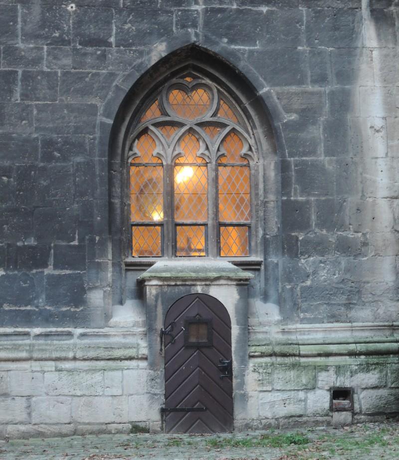 Abadía de Naumburg, cálidas luces en un frío rincón