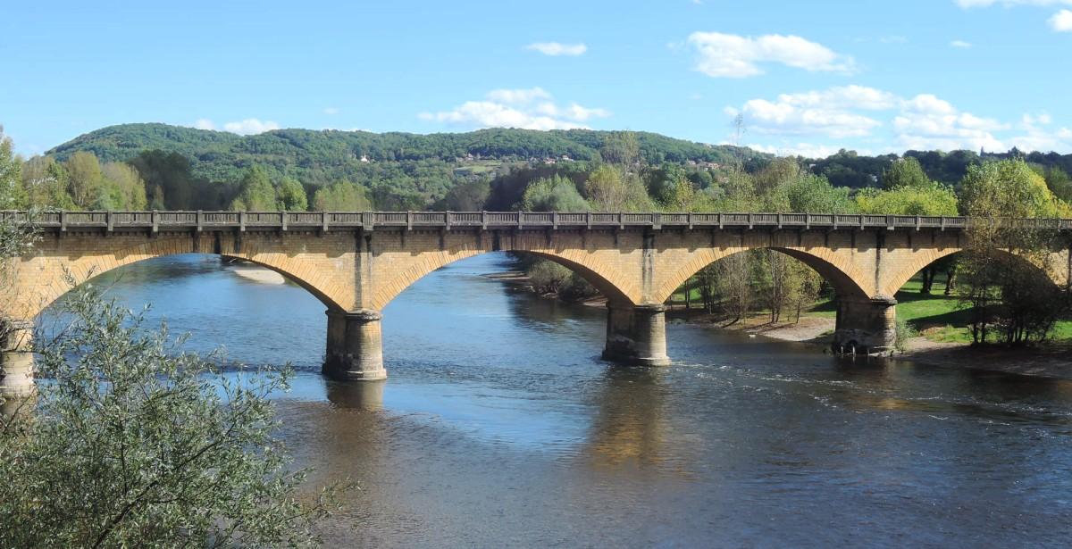 Puente sobre el sinuoso Vézière