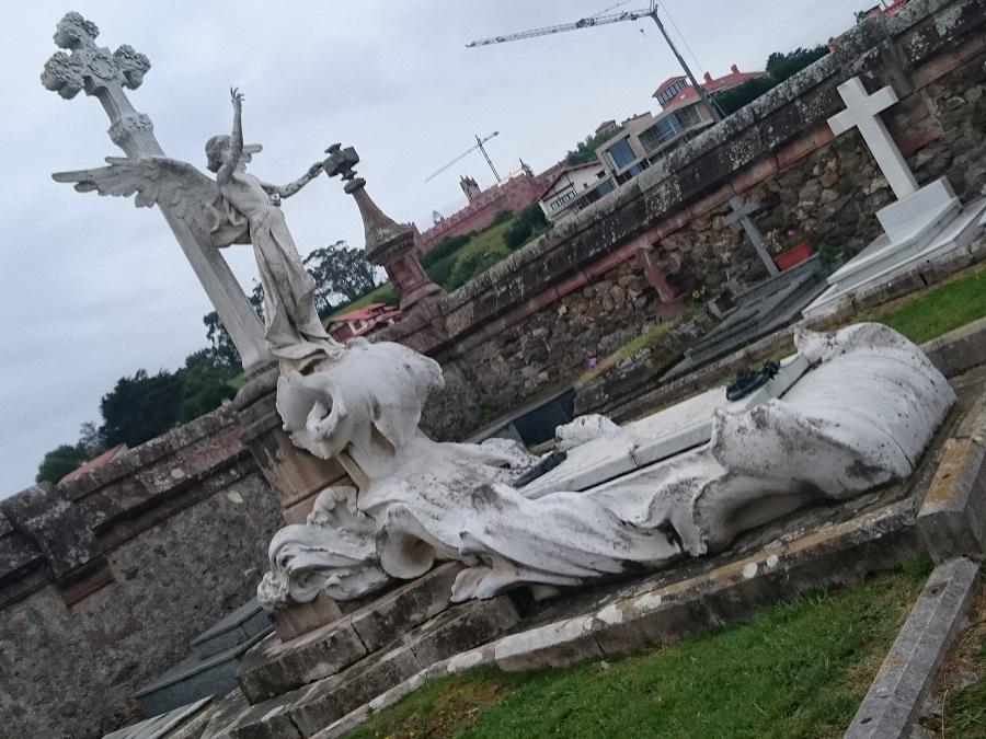Suntuosa lápida en el cementerio de Comillas