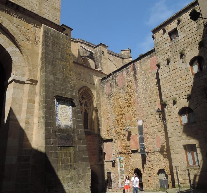 Iglesia de San Salvador, por debajo la cual se accede al puerto